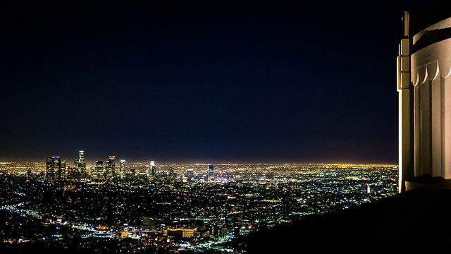 グリフィス天文台から撮ったものです。 真ん中にステイプルズ・センターのライトが見えますねー!