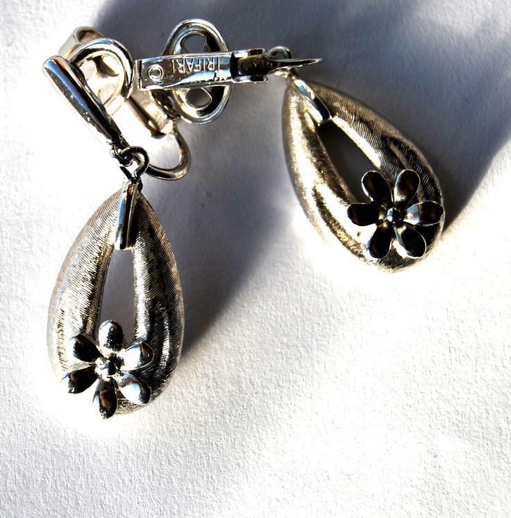 orecchini pendenti firmati TRIFARI  Disponibile alla vendita per info contattami via mail  crazyforvintageuk@gmail.com o via facebook Crazy for vintage