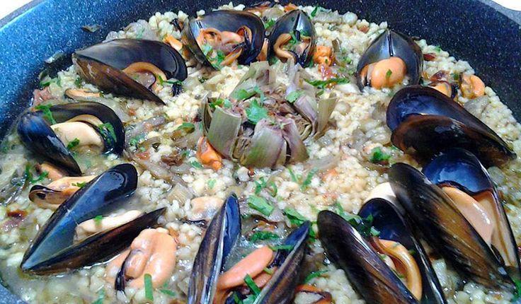 In questa ricetta la fregula viene accompagnata dai carciofi, le cozze di Olbia e lo zafferano D.O.P di San Gavino Monreale.