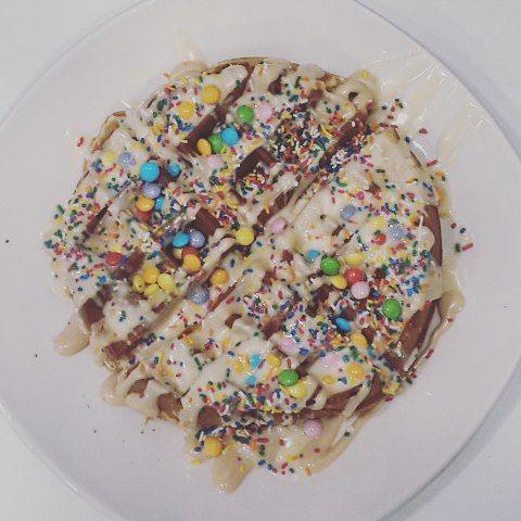 #bueno , λευκή σοκολάτα, τρούφα και #smarties είχε η πιο όμορφη βάφλα που φτιάξαμε χτες και σας το ξεκαθαρίζω : η κοπέλα που την έφαγε είναι ενήλικη! 👱 #waffle #waffles #sweetstory #glikiaistoria #oldfaliron #palaiofaliro #icecreamshop #sweet #praline #topping #colorful #sprinkles #whitechocolate #sweetpeople #sweetstories