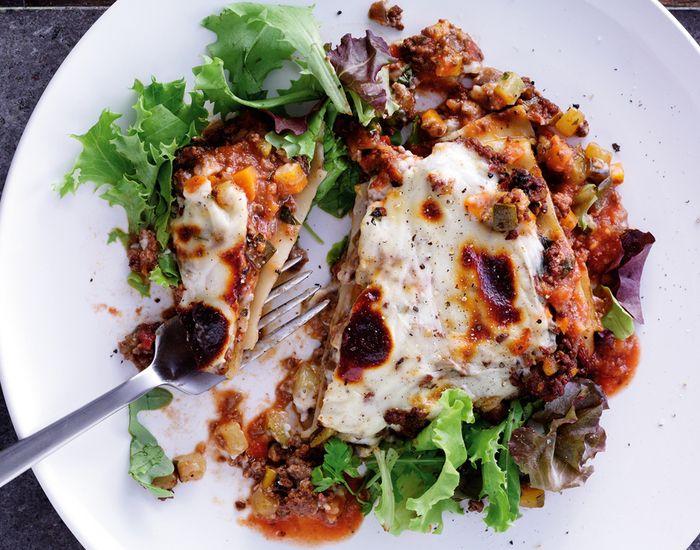De fleste kan bedst lide en god klassisk lasagne, så her får du opskriften! Vi har pimpet den med grøntsager og bruger fuldkorns-lasagneplader - skønt !