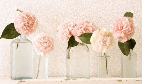 less is sometimes better than more :)Adore this very simple, minimalistic flower arrangement.