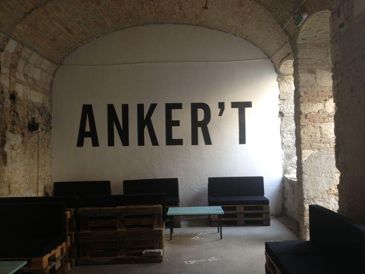 Anker'T ruinbar, Budapest. Læs mere på http://norubbish.dk/2013/08/ruinbarer-og-trashpubs/
