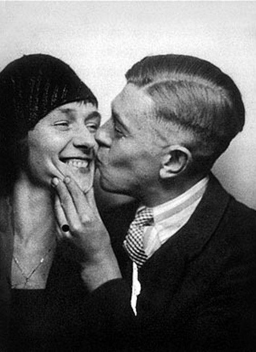 René Magritte and his wife Georgette Berger in 1929. Que pareja tan in love!!!! Me encanta este par