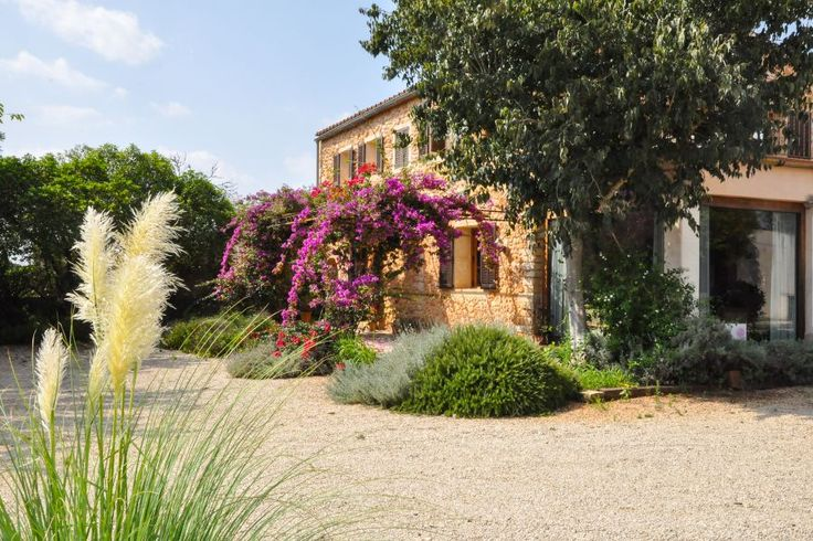 Binissalem, Central Mallorca: Lovely country home with private location close to Binissalem. 4 bedrooms, 4 bathrooms, 3000 €.