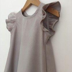 グレイッシュピンクにグレーを合わせた様な、ちょっと大人っぽくて優しい印象のワンピースです。袖にフリルを付けたシンプルなAラインのデザインは、可愛い中にも上品さが漂います。冬は下にタートルを合わせていただき、春先は半袖Tシャツ、初夏は1枚で、と長く着ていただけると思います。ゴワつきのない、柔らかいシャツコーデュロイを使用しています。後ろ開き・ボタンとめです。サイズの目安身幅 31㎝着丈 43㎝コーデュロイ生地の為、光の当たり具合で色が微妙に変わります。予めご了承ください。お洗濯について洗濯機(ネット使用)・手洗いコースでもお洗濯できますが、最初数回は色落ちの可能がありますので、単独での手洗いをお勧めします。お洗濯後は良くシワを伸ばし、陰干しして下さい。シワを伸ばさない状態で干しますと、シワの部分が白くなってしまう可能性があります。蛍光剤不使用、タンブラードライはお避け下さい。また、アイロンは当て布の上から中温・スチームで、起毛面に沿ってかけて下さい。★こちらの作品は他店でも販売していますので、先着順により「sold…