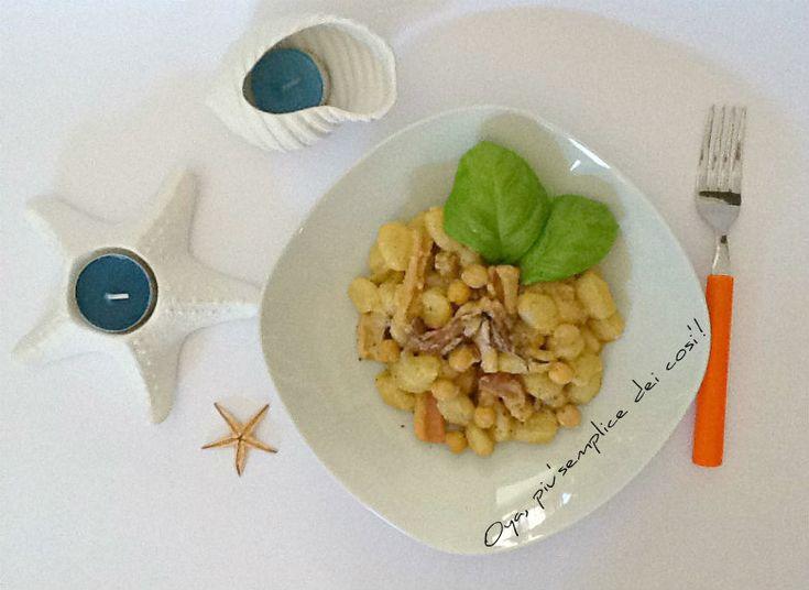 Gnocchi con calamari e crema di ceci, ricetta. http://blog.giallozafferano.it/oya/gnocchi-con-calamari-e-crema-di-ceci/