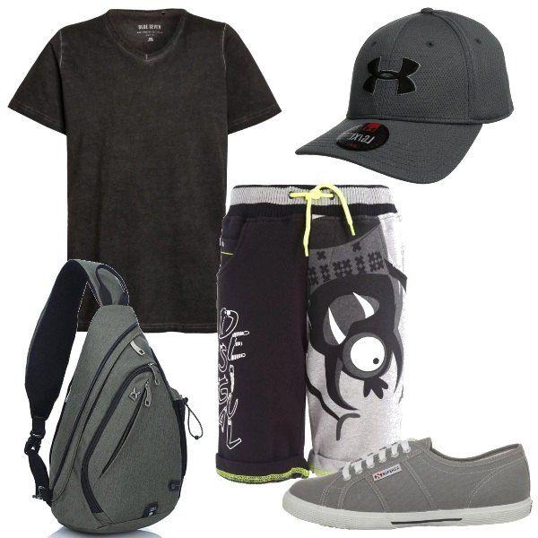 Tempo di vacanze e di giornate da passare con gli amici, con un abbigliamento comodo e pratico. La t-shirt grigio scuro si abbina ai bermuda con una stampa allegra. Le scarpe sono delle sneakers in tela grigie, come il cappellino e lo zainetto monospalla.