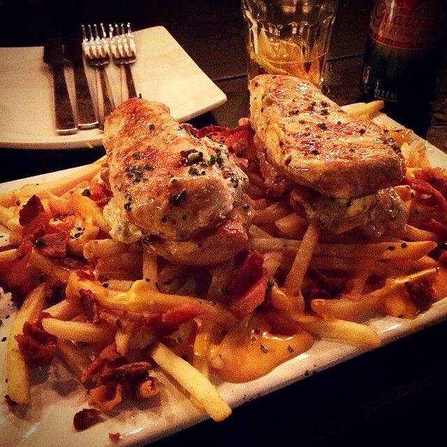 Olha esse prato!  Frango com tomate seco e uma porção cavalar de fritas com cheddar e bacon. É o Frango AC/DC É pra duas pessoas, mas comeram pelo menos 3...  - #StarvingRioTips #Gordices