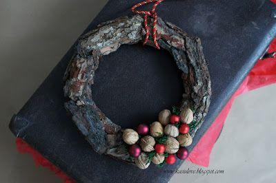 wianek z kory z dodatkiem orzechów i czerwonych bombek / bark wreath with walnuts and red baubles