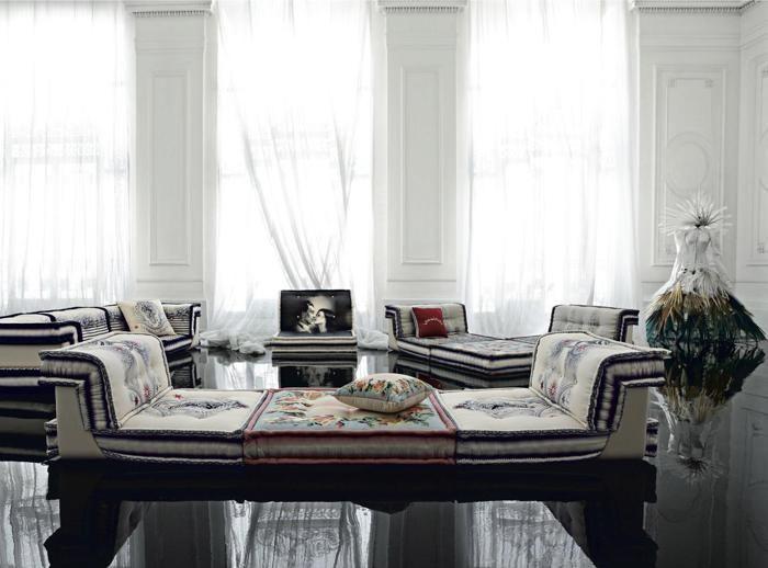 Roche Bobois, divano Mah Jong, design Hans Hopfer; creato nel 1971, è il divano icona dell'azienda. È stato interpretato dalle principali maison di moda, come Missoni Home e Jean Paul Gaultier. Liberamente componibile grazie alla flessibilità delle sue parti: seduta, schienale e struttura di sostegno in legno (lineare e ad angolo).