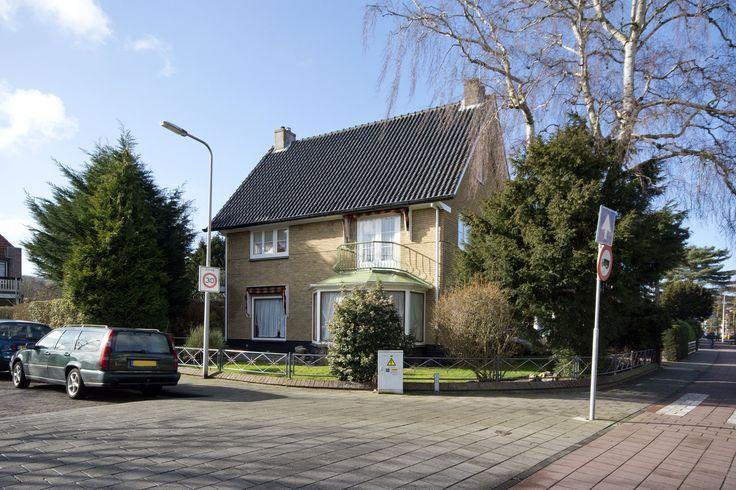 Vrijstaande villa in Heemstede met garage en verrassend grote achtertuin op het zuiden. De woning is specifiek verbouwd, maar makkelijk weer te transformeren naar een gezinswoning. Zo heeft de zolderetage alle mogelijkheden voor meerdere kamers en een badkamer. #Heemstede #Huistekoop http://www.funda.nl/koop/heemstede/huis-48393555-lanckhorstlaan-77/