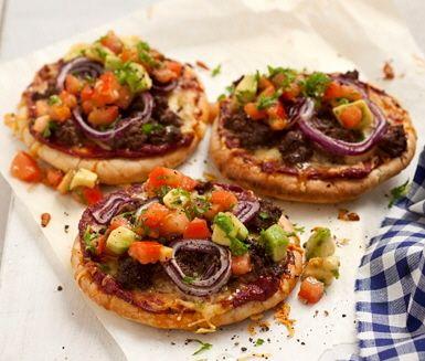 Vild pitapizza med älgfärs och avokadohack är ett lite annorlunda recept på minipizzor med kryddad älgfärs och läskande avokadohack. Spännande och rolig middagsmat.
