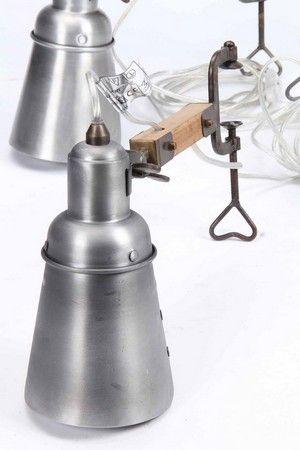 Dansk design. Sæt på fire lamper i industriel design af metal og træ til montering på reol, bord m.m. D. 30 cm., Ø 12 cm. Afbryder monteret på ledning. Fremstår med håndterings spor. (4).