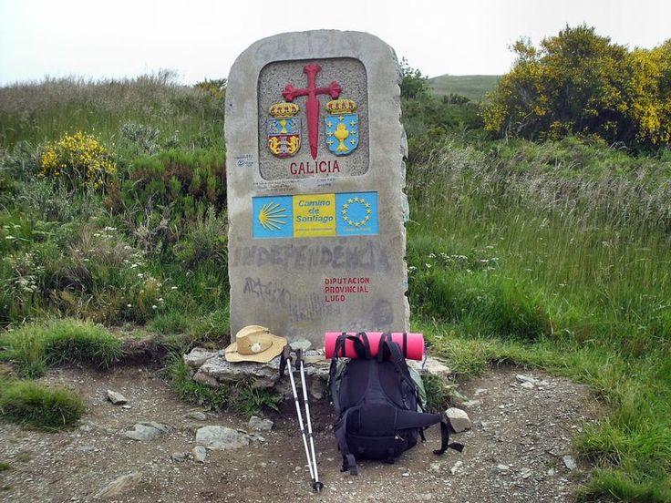 Grenzstein zu Galizien mit Pilgergepäck