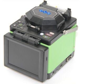 """CLR-OFS-100S Real Core to Core Alignment Fiber Optik Füzyon cihazı F/O ağ kurulumlarında çok düşük ek kaybı , hızlı ek süresi sayesinde yüksek performans ve zaman tasarrufu sağlar. SM , MM, NZDSF ( G.655) ve EDF optik fiber tiplerinde kullanılır.  Kesici/Sıyırıcı dahil set olarak verilir.  Teknik Özellikler  • Kolay Kullanım. Tam Otomatik. • Yüksek Çözünürlüklü 5.7"""" Renkli LCD Ekran & Gece Işığı • Real Core to Core Alignment, PAS Teknolojisi • Ek Süresi 8 Saniye • Fırın Isınma Süresi 25 Sani"""