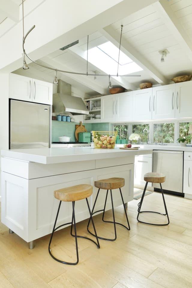 An Organic Modern House By The Ocean Is Airy And Bright Beach House Decor Diy Beach House Kitchens Modern House