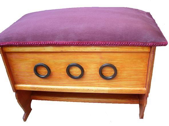 CLAF - Linda Banca Baul Lila Diseño Tres Argollas (COD 561 - Banca Baul) Fabricada en madera terciada lisa, barnizada. Tapiz acolchado color lila. Soporta 90 kg de peso. Medidas: - Largo: 64 cm - Ancho: 37 cm - Alto: 45 cm - Caja: 20x54 cm Precio: $ 26.000 www.claf.cl