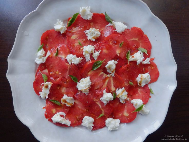 Carpaccio de rosii cu mozzarella.  Tomato carpaccio with fresh mozzarella, seasoned with basil and pomegranate molasses