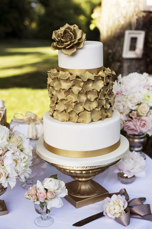 Flowers-at-Lainston-House_Pearl-Pictures_Emma-Lappin #goldweddings #glamweddings #weddingcakes