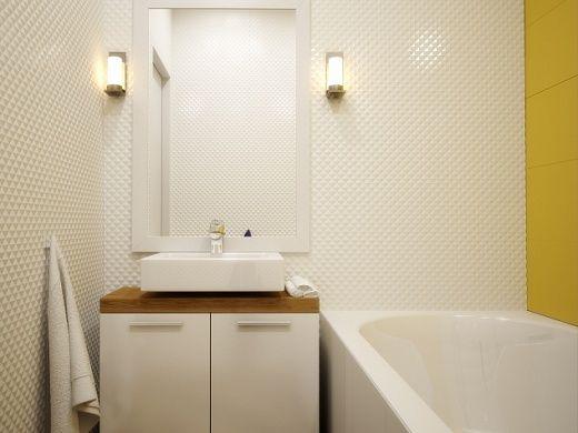 Санузел можно считать самой «классически» оформленной зоной. Ванная комната и туалет отдельно. Сантехника белая. Стены облицованы преимущественно белой фарфоровой плиткой, одна из стен в ванной комнате желтая.