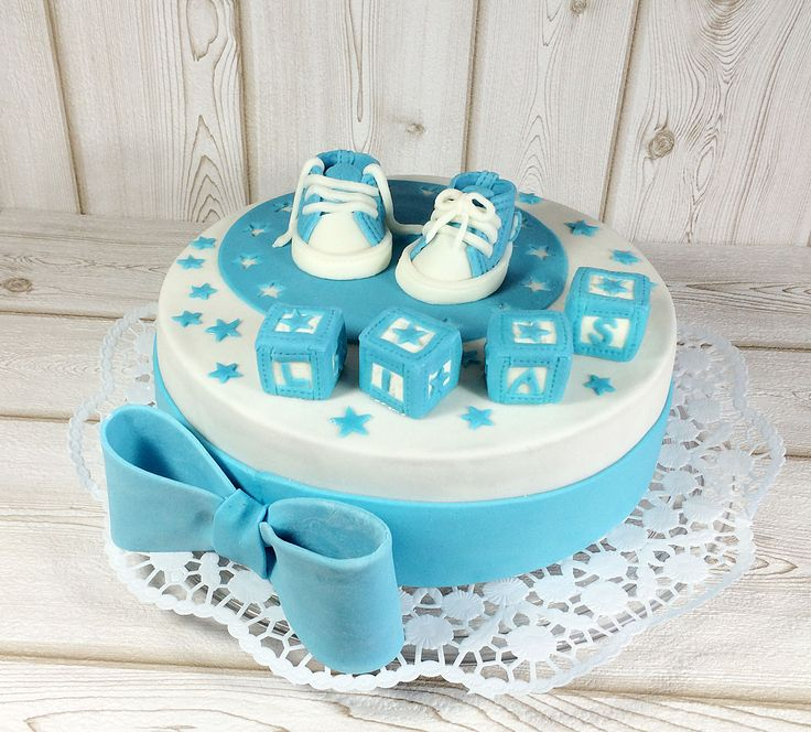 tauftorte-blau-fondant-junge-mit-babyschuhen