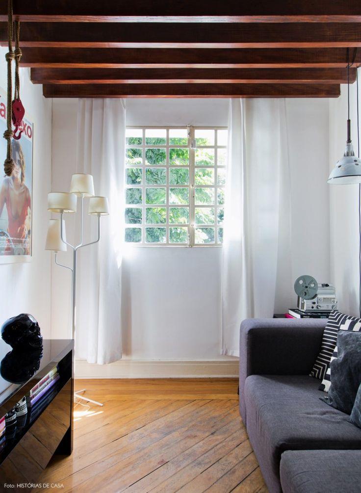18-decoracao-sala-estar-TV-vigas-madeira-teto