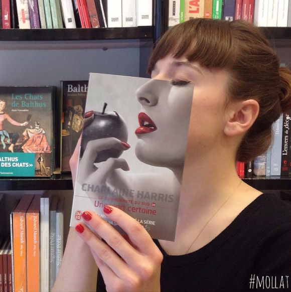 À Bordeaux, la librairie Mollat s'amuse à mettre en scène les couvertures de ses livres en les superposant à des visages ou des corps.