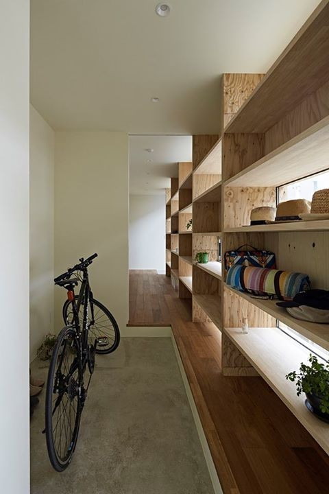 #2AAsiaArchitectureAward2015_shortlist  因為防火規範的緣故,在都市中要蓋木造房屋比在偏鄉難度更高,而且防火建材與維護的費用也是可觀的支出。 因此現在許多建築採用的是複合式的設計,在有限的條件下,盡可能使用木材。例如這間位於東京都北區的兩層樓二世代房子,以現代的設計建造了日本傳統家屋才會有的屋簷空間,同時,在兩邊設置防火牆後,用便宜的杉木,設計出了格紋狀的木框窗。  一般如果直接做在外面的木材,由於風雨和陽光造成的損害,初期在3~5年之內必須要重新上漆,之後10~15年也內也要定期維護。但這間房子將木製外牆設在北面,減少陽光直曬帶來的問題,同時屋簷也成為最好的雨庇,讓木製外牆既能夠為空間帶來溫暖感,也可以減少維護的問題。 設計了50%開口的木格紋壁面,不僅可以分散光線,也能確保隱私。同時窗格也作為收納和展示用,不論從內或從外看,都是非常別緻的設計。  via 鹿内健建築事務所 