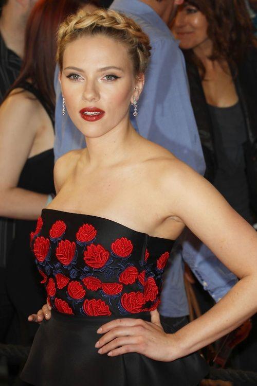 ScarJo: Girls Crushes, Scarlett Johansson, London Premier, Red Lips, Braids Crowns, The Dresses, Hair, The Avengers, Beautiful Celebrity