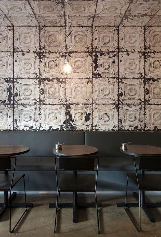 restaurant bar table papier peint au plafond
