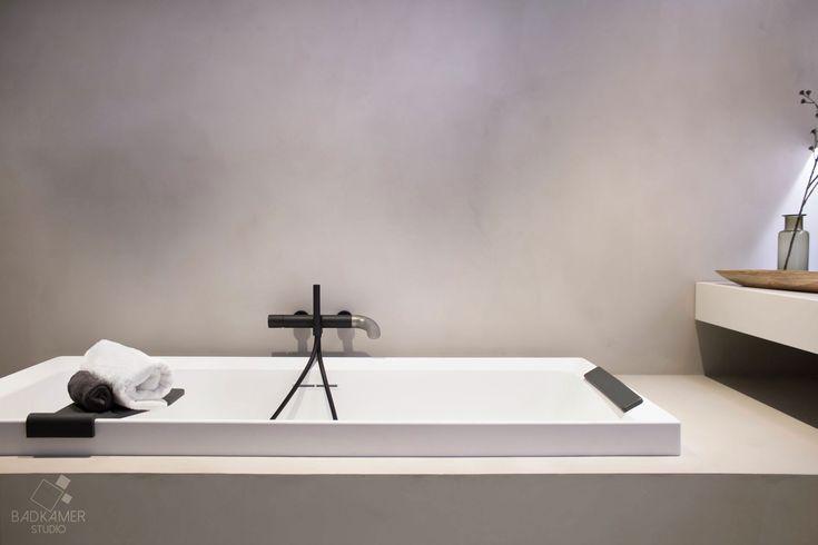 Maatwerk badkamer met micro-beton (Beton-Ciré) op de vloer, muren en zijkant van het bad voor een mooie beton-look. Daarnaast bevat deze badkamer mat zwarte kranen en eiken badmeubelen! #badkamerstudio #badkamerstudiobreda #badkamerstudioutrecht