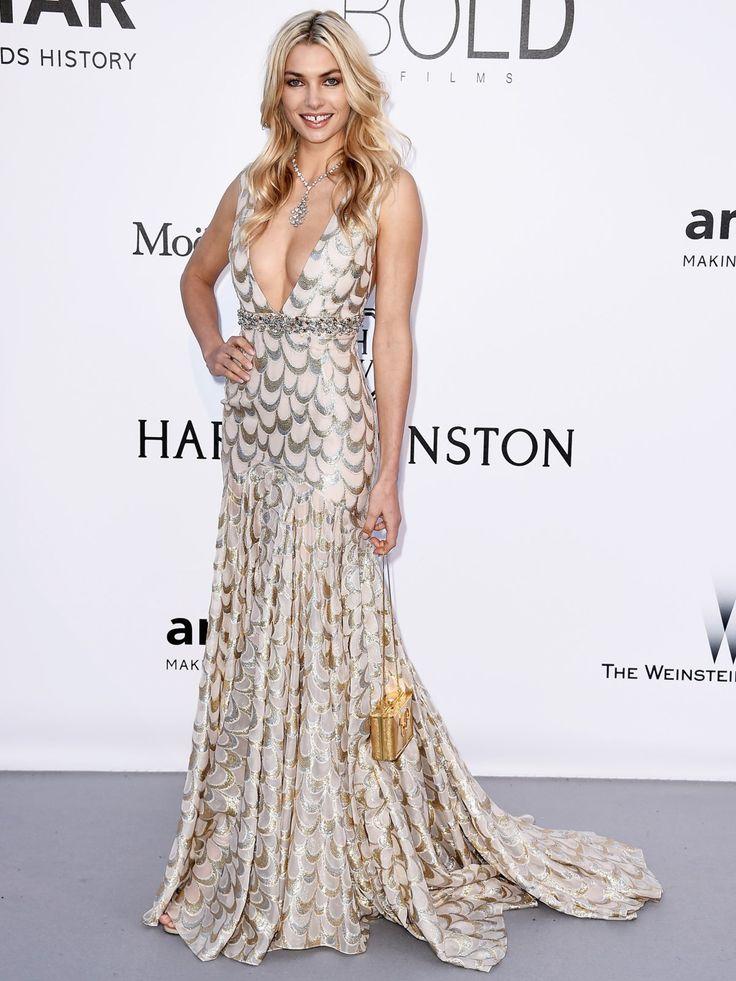 War auf dem Red Carpet der amfAR Gala 2016 in Cannes bester Laune: Model Jessica Hart in einem tief ausgeschnittenen Mermaid-Dress und mit dem funkelnden Divas' Dream High Jewellery Collier von Bulgari.