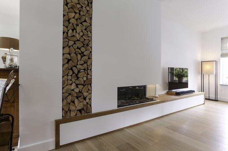 Door het tv meubel wat doorgetrokken is in de wand en de omlijsting van eiken straalt dit interieur veel rust uit. #interieur #interieurbouw #design #interior #furniture #oak #eikenhout #tvmeubel #meubel #rust #space #warmte #sfeer