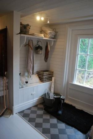 Bijkeuken: Efficient ingerichte washoek met wasmachine + droger, wc, garderobe, kastenwand, schoenenkast