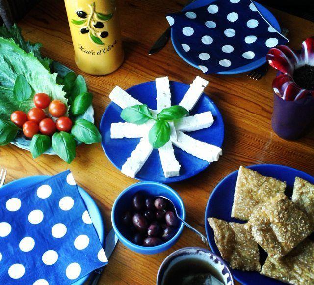 Lyxig lördagsfrulle med grekiskt tema! Sesambröd fetaost tomat sallad basilika kalamataoliver bregott o goudaost. Mätt o belåten! Brödrecept på min blogg kategori LCHF - bakning. Länk i min profil.  #lördagsfrukost #lyxfrukost #lchf #grekiskmat #greekfood #ellenika #kalamataoliver #kalamon #olivolja #oliveoil #lavkarbo #keto #banting #lowcarblifestyle #lowcarbhighfat  #lowcarb #alltomlchf #cleaneating #tidningenbuffe #cosmopolitansallad #tidningenmatkarlek #elies by sandras_lchf_blogg