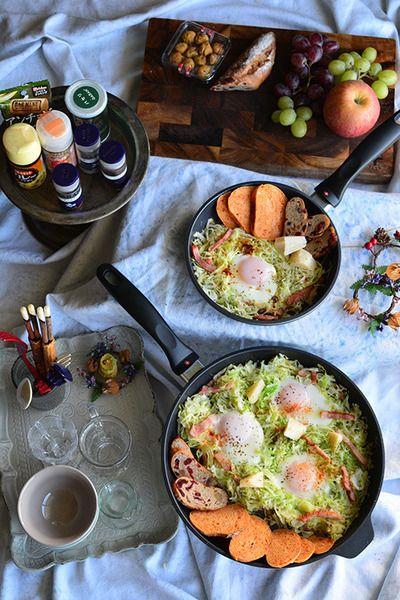 朝のお手軽ワンフライパン料理 キャベツの巣ごもり卵 |ベーコンの旨味が移ったキャベツに卵を落として蒸し焼きに。スパイスたっぷりでからだが温まりそう!フライパンのまま食卓に出せる朝のスピードメニューです。