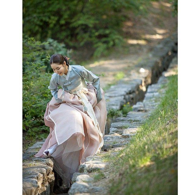 What a beautiful hanbokdress! #Hanboklynn #Hanbok #Hanbokdress #hanokvillage #customer #RamieFabric #NaturalDyeing #한복린 #한복드레스 #한옥마을 #미가로스튜디오 #천연염색