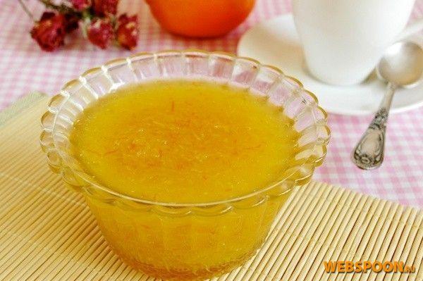 Конфитюр из имбиря, сока лимона и апельсина имеет жгучий, скорее даже обжигающий вкус с привкусом лимонного леденца. После чего уже остаётся ощущение теплоты. Это лакомство можно добавлять в чай, как вкусовую добавку.