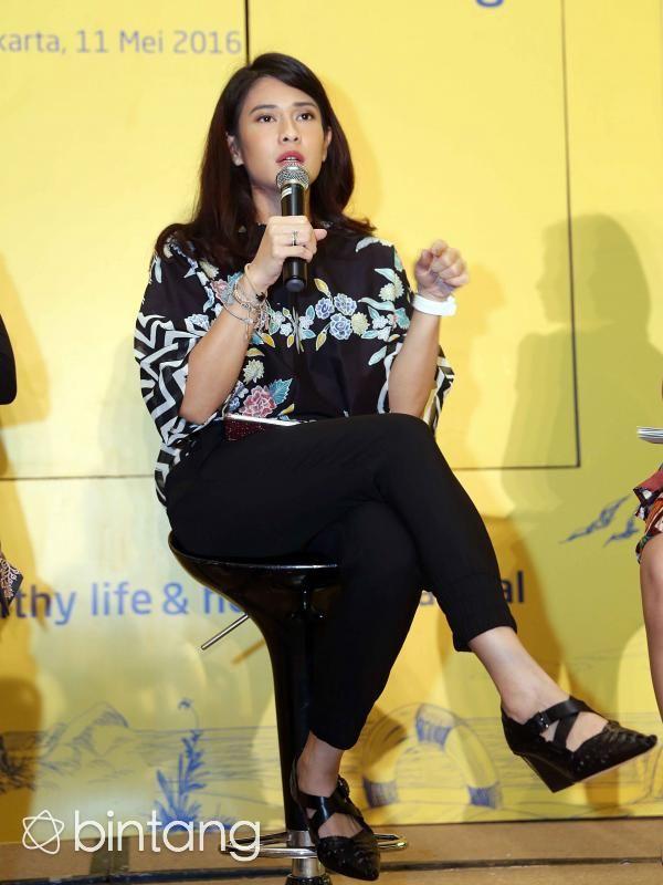 Dian Sastrowardoyo kembali akan berperan dalam film berjudul Kartini yang merupakan biografi dari sosok pejuang emansipasi wanita, Raden Ajeng Kartini. Berkomentar soal kepercayaan yang diberikan padanya untuk memerankan Kartini, Dian mengucapkan rasa syukurnya. Menurutnya, perannya sebagai Kartini sejalan dengan perjuangannya untuk menyetarakan hak perempuan dengan kaum laki-laki. (Nurwahyunan/Bintang.com)  #DianSastroWardoyo #Aktris #Kartini #Bintang #Indonesia