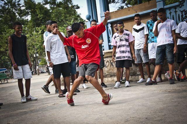 """Para celebrar o funk antes que o mundo acabe, a juventude do """"Dá teu papo"""", ação cultural do Chapéu Mangueira, organiza uma programação especial com a exibição de 'Sou feia, mas tô na moda' e participação do diretor, batalha do passinhoe uma comemoração aos 40 anos de funk com a APAFUNK, a partir das 15h...<br /><a class=""""more-link"""" href=""""https://catracalivre.com.br/rio/agenda/barato/da-teu-passo-uma-viagem-historica-pelo-funk-carioca/"""">Continue lendo »</a>"""