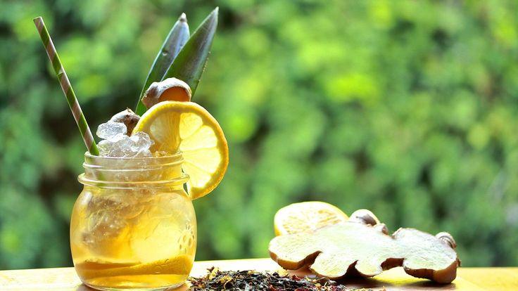 LEMON GINGER COOLER: A wonderfully refreshing green tea cocktail. Mixed with NUDITEA FOCUS sencha green tea, vodka, limoncello, lemon and ginger. Recipe on the blog.