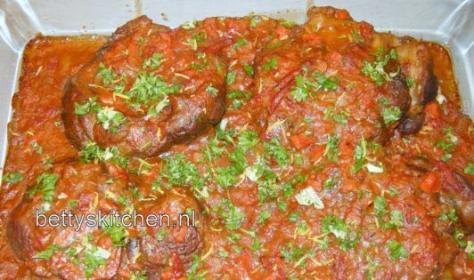 Ossobuco alla Milanese, oftewel: Kalfsschenkel uit Milaan, is een klassiek Italiaans gerecht. Het is mijn favoriete gerecht tijdens een vakantie in Italië. #bleekselderij #diner #italiaansekeuken