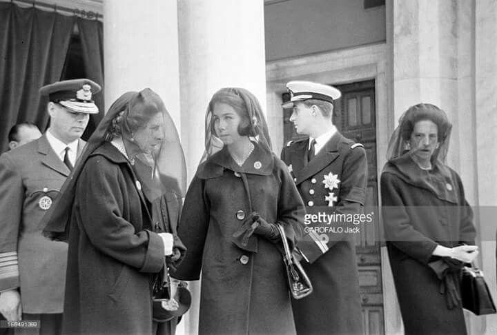 Majestățile Lor Regele Mihai I și Regina Mamă Elena la funeraliile Regelui Paul I al Greciei/ Martie 1964. Regele Paul a fost unul din frații Reginei Mamă Elena a României și cel care, alături de Regina Frederika, a organizat la Atena nunta Majestăților Lor Regele Mihai I & Regina Ana.