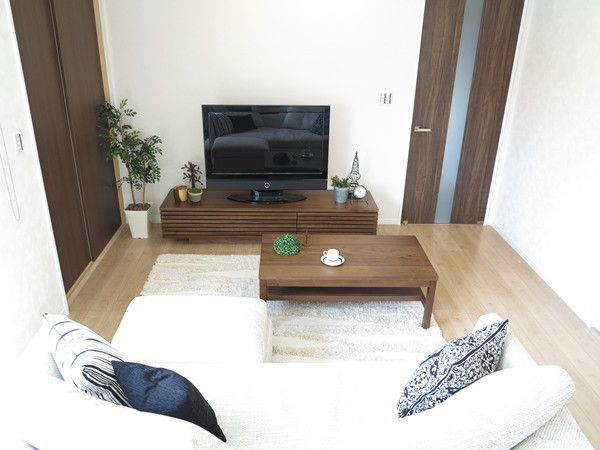 床の色とドアの色どちらの色合わせて家具を選んだらいいのか 参考にしてください インテリア リビング 10畳 リビング インテリア インテリア 家具