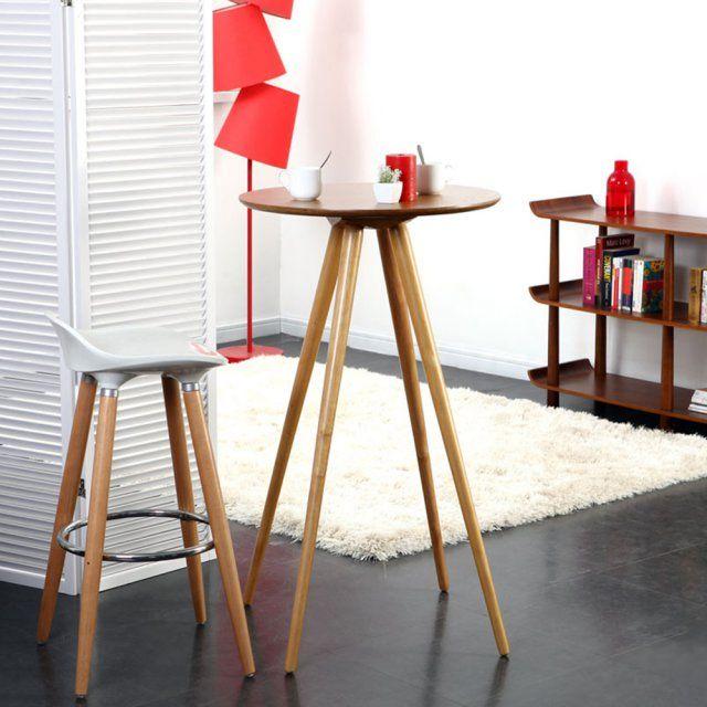 Un coin repas avec une table haute. La table haute élève le coin repas et permet en outre de gagner en sensation d'espace au sol. Le style scandinave se glisse jusque dans les petits espaces et apporte la touche design indispensable pour un coin repas tendance.