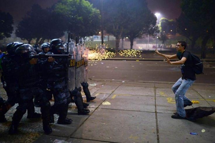 Un manifestante brasileño ante los disparos de la policía