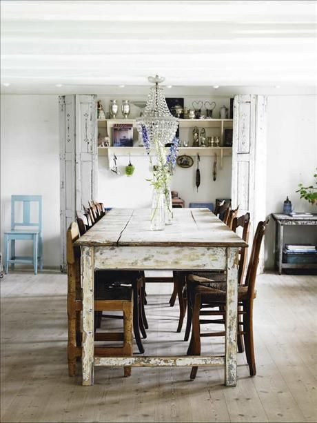 I matrummet står ett åldrat franskt bord tillsammans med gamla franska stolar.