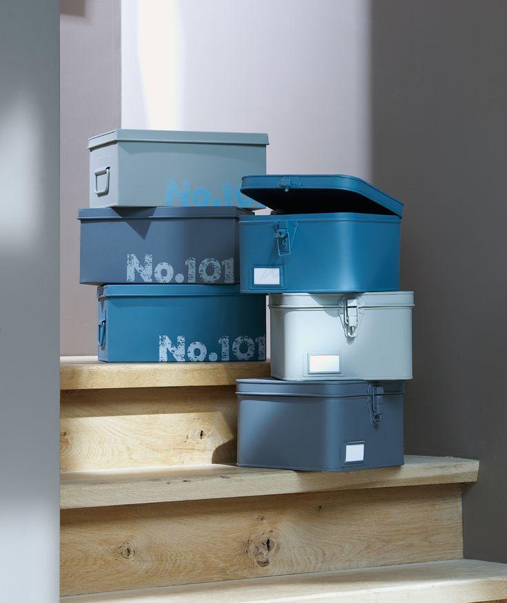 Boxen 101: geef ieder gezinslid een eigen kist met deksel waar hij of zij zijn post, sleutels, visitekaartjes, speelgoed, etc. in kan opbergen. Lekker overzichtelijk! #tip #101woonideeen #leenbakker