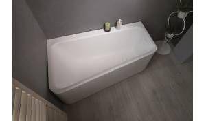 Jane-Wht, la vasca da bagno ad angolo Aquatica in pietra AquateX